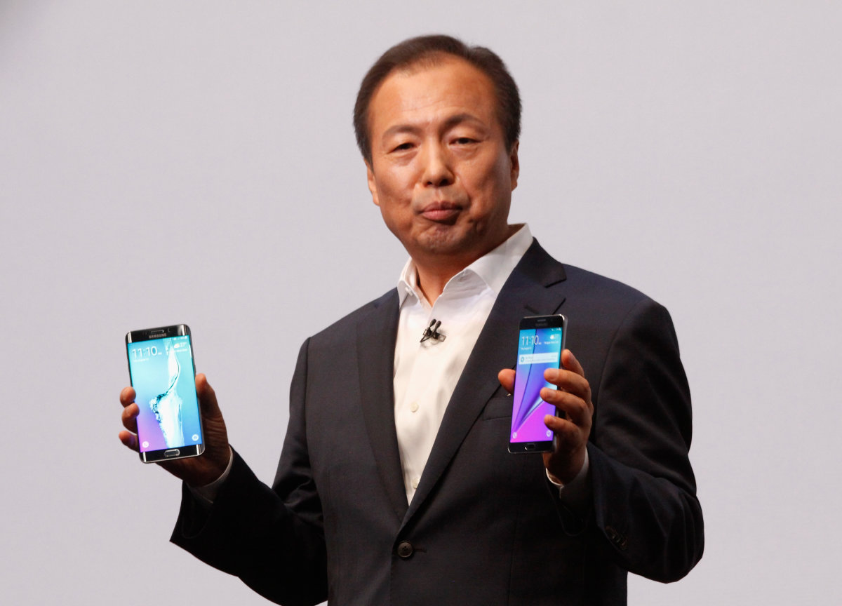 Samsung Replaces Mobile Head